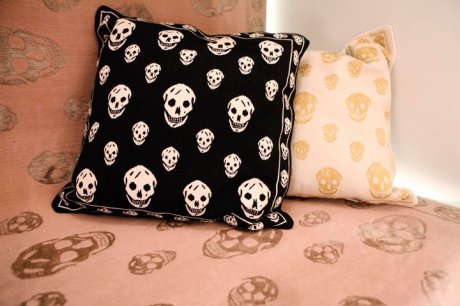 Alexander McQueen Skull Pillows for the Rug Company on exshoesme.com
