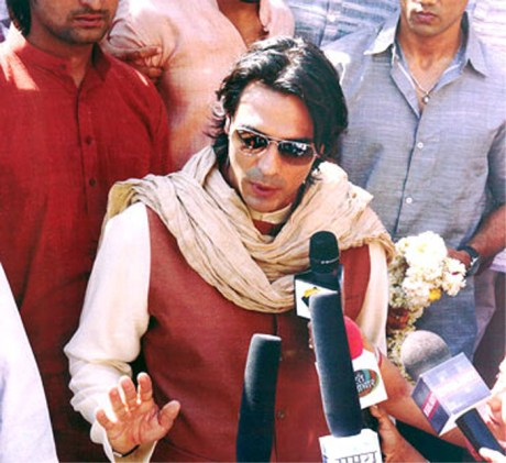 Arjun Rampal wearing scarf in Raajneeti on Exshoesme.com
