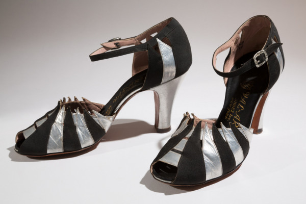 Val-ArsEvening sandalsSilver metallic leather, black silk crepeCirca 1935, USAThe Museum at FIT, 88.2.25Gift of Carroll Cook