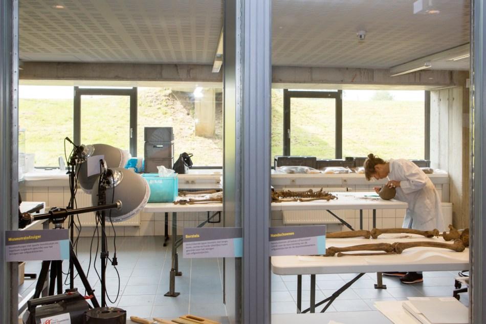 De fysisch antropologe aan het werk in het labo in Ename © Geert Vyverman