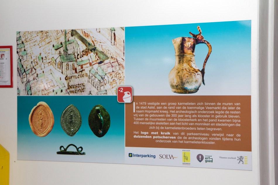 Bij de liften hangen infopanelen die duiding geven bij de gebruikte iconen © Hans Denis, Agentschap Onroerend Erfgoed