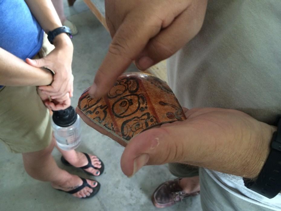 Om nadien grondig onderzocht te worden. Ook hier vinden we het Maya-schrift terug © Maya Research Program
