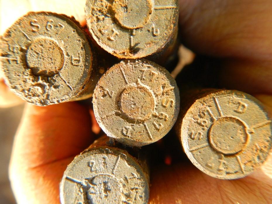 Bewijzen van het dodelijke karakter van WO-I worden overal opgegraven. In de Diksmuidestraat in Bikschote vonden archeologen patronen van een Duits Maxim machinegeweer terug in een munitiekist. De kogels dateren uit 1917 tijdens de Derde Slag om Ieper.