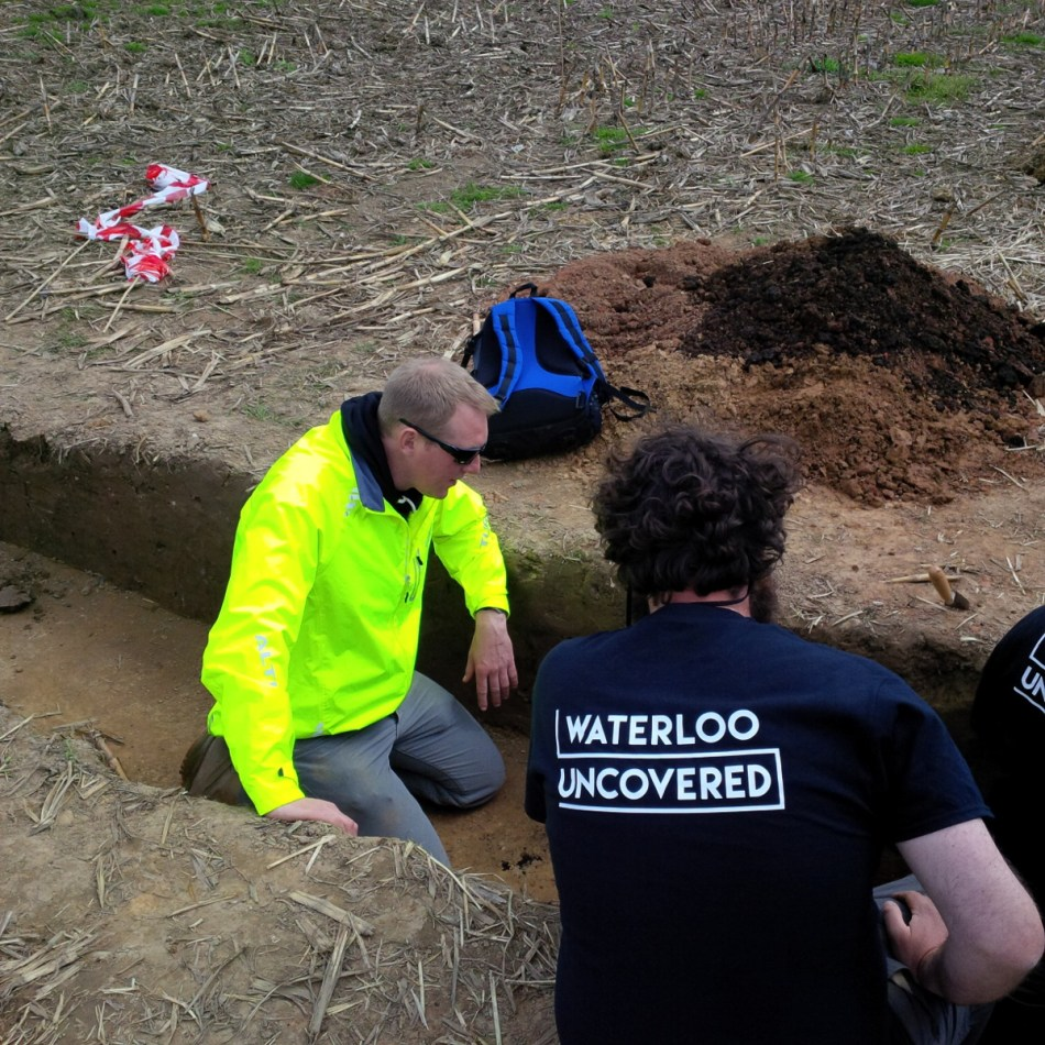 Het team van Waterloo Uncovered aan de slag met kleine testputten © Waterloo Uncovered