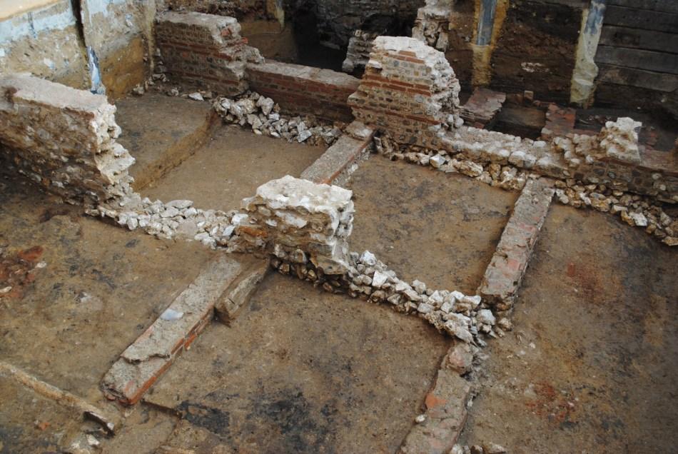 Zicht op de verschillende bewaarde muren van de Romeinse woning, met de typische afwisseling van natuur- en baksteen © ARON bvba