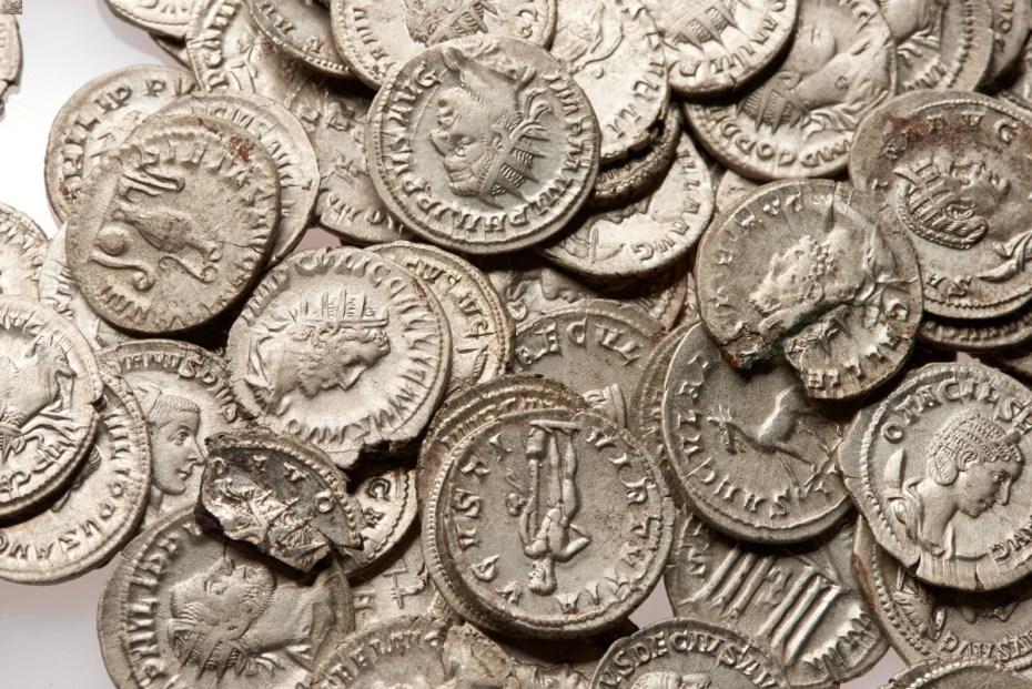 Enkele van de 99 perfect bewaarde zilveren munten © Johan Van Cauter, ADW