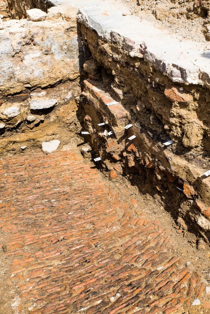 Hoe dieper de archeologen graven, hoe ouder de loopniveaus © Dirk Wollaert