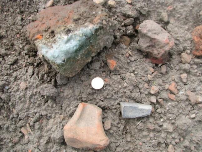 Middeleeuwse voorwerpen die worden bovengeploegd bevestigen dat de datering van de site.