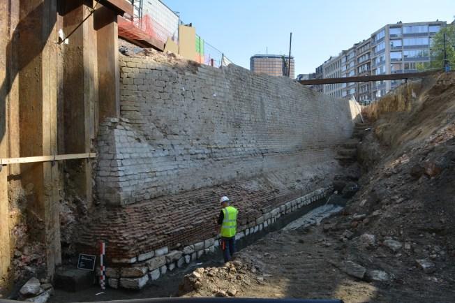 De zuidelijke voorzijde van het bastion met uitspringend bakstenen fundament en basis uit krijtblokken © Stad Antwerpen, dienst archeologie
