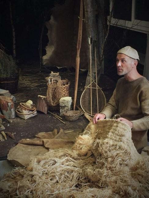Een jager-verzamelaar toont het gebruik van plantenvezels © BAAC Vlaanderen
