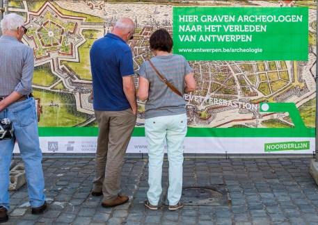 Publiekwerking is van groot belang bij grote en langlopende projecten. Doeken aan de afsluiting informeren de voorbijgangers © Frederik Beyens