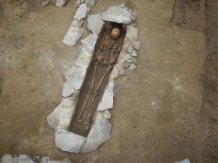 Een van de oude antropomorfe graven ©Tomas Bradt