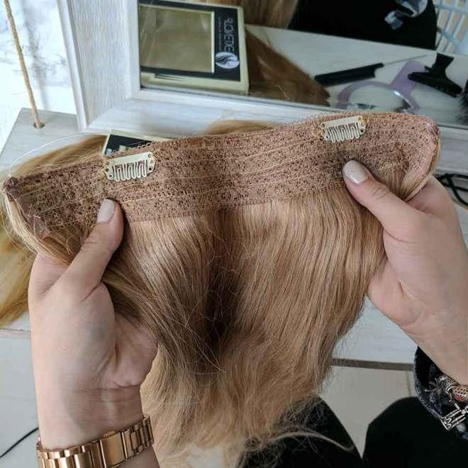 Nosotros cosemos dos clips en la pieza de cabello, pero sinceramente no son necesarios para ésta técnica.