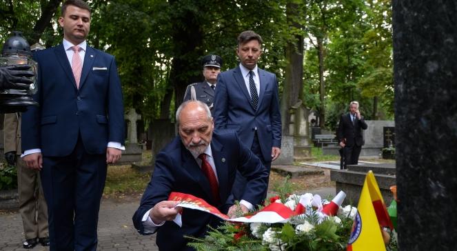 Глава польського відомства національної оборони Антоні Мацєревич при могилі генерала Марка Безручка, 15 серпня 2016 року