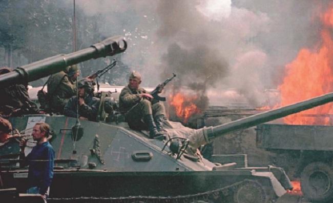 Солдаты Советской армии во время вторжения в Чехословакию