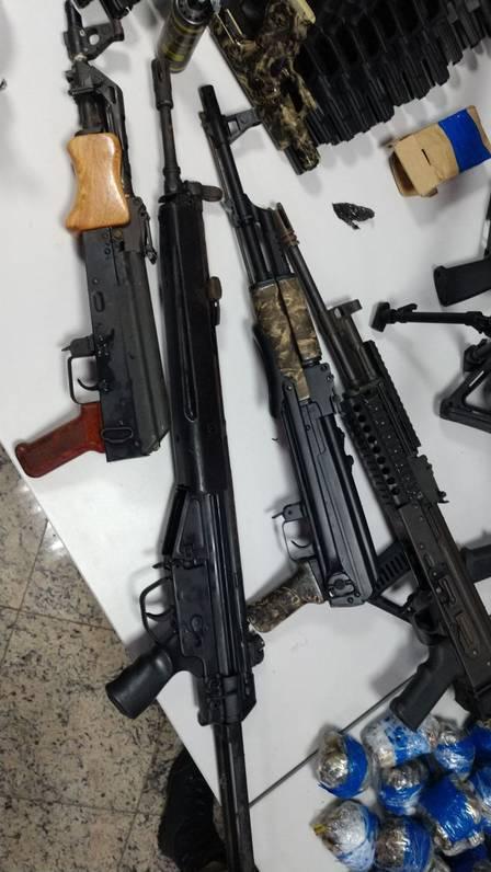 Folha do Sudoeste xarmas.jpeg.jpg.pagespeed.ic.dDQPrSTvPb Homem é preso com 12 fuzis, 33 pistolas e 40 mil projéteis que levaria para a Maré Policia