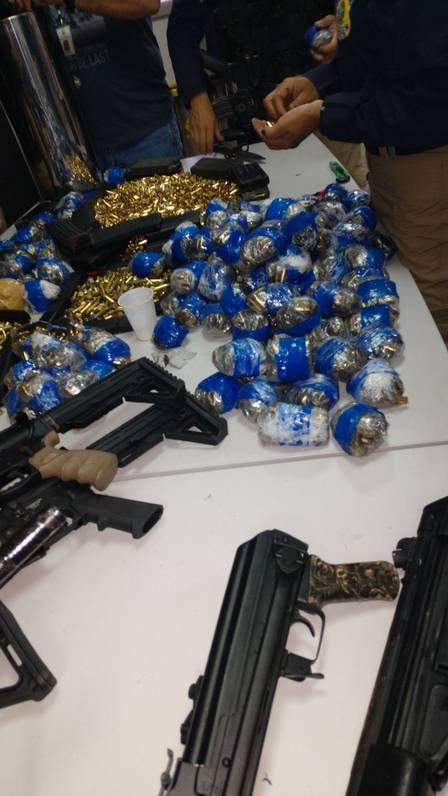 Folha do Sudoeste xarmas.jpeg.jpg.pagespeed.ic.DlmRmuZNOI Homem é preso com 12 fuzis, 33 pistolas e 40 mil projéteis que levaria para a Maré Policia