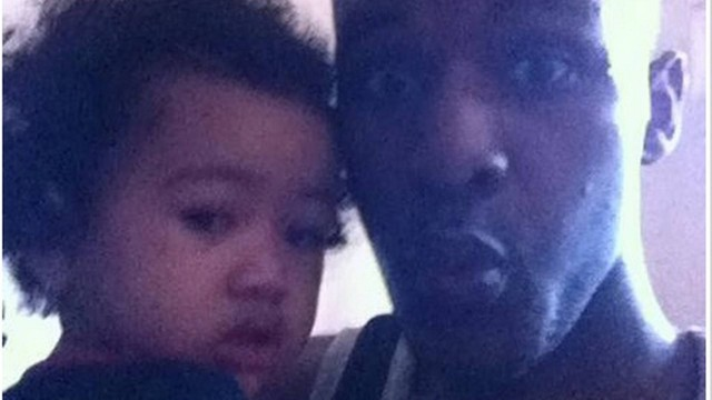 Merrick publicou uma foto com a criança no Facebook, antes de tirar contra ela com uma pistola