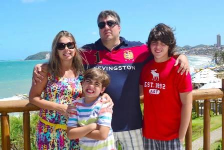 Luciano Aragão e sua mulher Denise Fonseca, com os filhos: João Pedro, o caçula, está com 10 anos e tem autismo