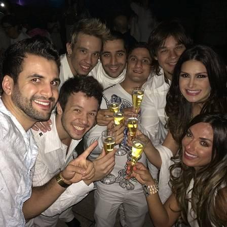 Bruno (o segundo da esquerda para a direita) com os irmãos Kiko e Leandro, a cunhada Nathália Guimarães, e Nicole Bahls, passam o réveillon juntos em Orlando