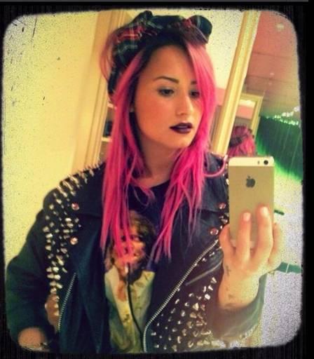 Demi registra look novo com selfie