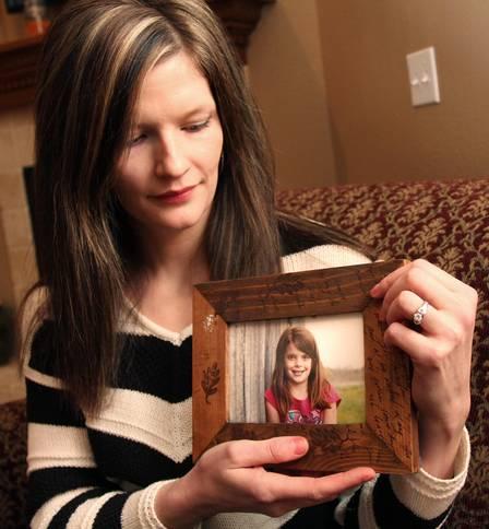 A tia de Hailey Erin Petersen segura uma foto da menina