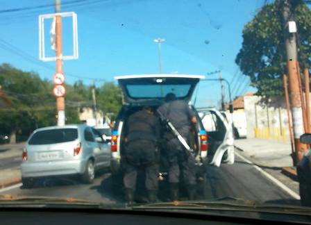 Alertados por pedestres e motoristas, policiais colocaram o corpo da mulher de volta na viatura