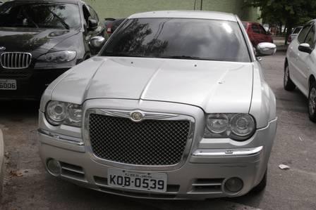 O BMW preso e o Chrysler prata recuperados com o bando