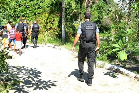 Policiais da Divisão de Homicídios cercam o local