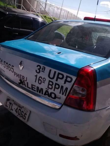 A marca de tiro na viatura da UPP
