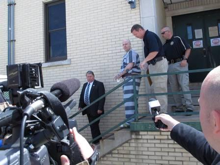 Jeremy deixa o tribunal algemado