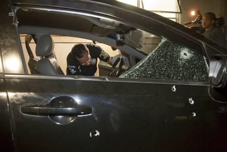 Carro do soldado David Lopes foi atingido por 30 tiros na noite desta quinta-feira