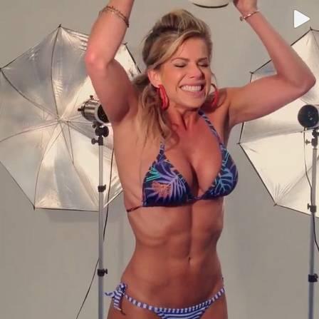 Karina Bacchi, com 55kg, mostra barriga trincada ao fazer 'Desafio do gelo'