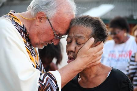 O sacerdote abençoa e acolhe pessoas em comunidades