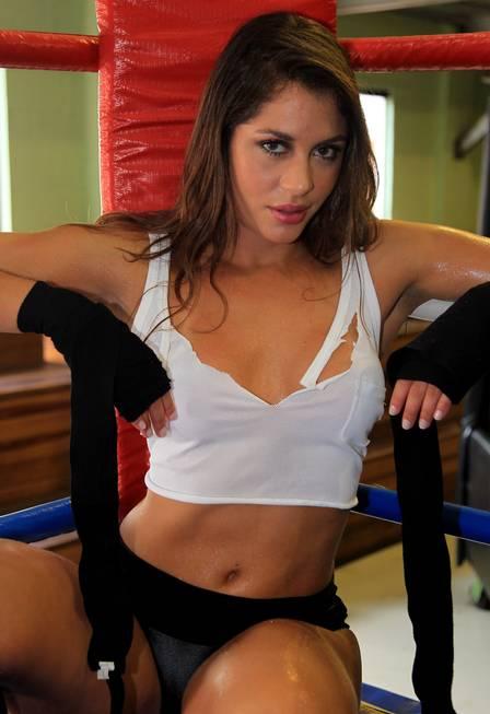 Maria voltou ao passado e encarnou uma ring girl em ensaio