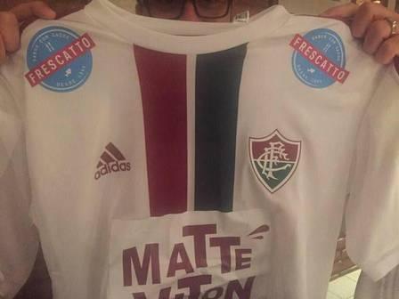 Mário Bitencourt mostra o uniforme tricolor com o novo patrocinador