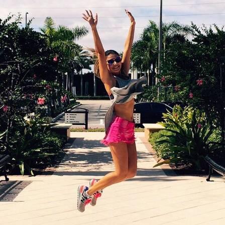 Paula Fernandes mostra barriga sequinha em dia de malhação