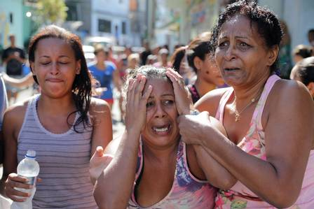 A mãe do estudante se desespera ao saber da morte do filho