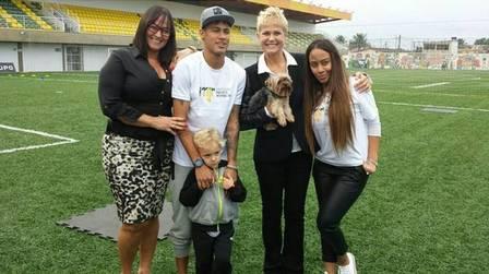 Xuxa posa para foto com a família de Neymar