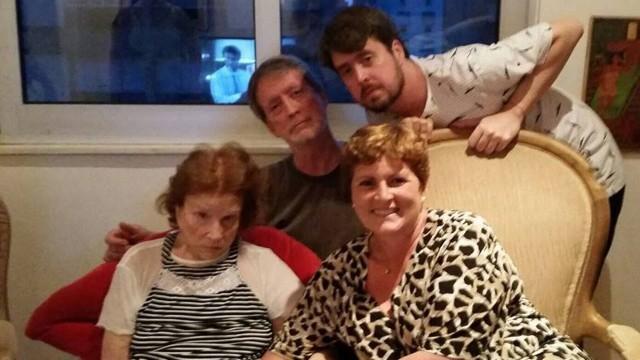 Tônia com seus familiares durante as comemorações de fim de ano em sua casa, no Rio