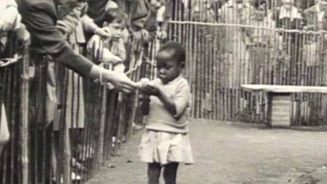 Criança negra desfilando na Bélgica, em 1958