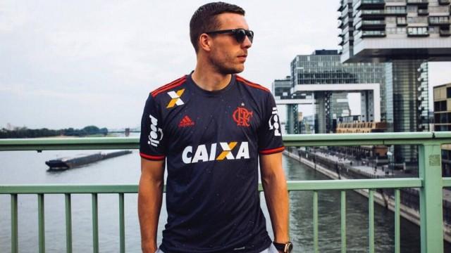 Podolski com a camisa do Flamengo em ensaio