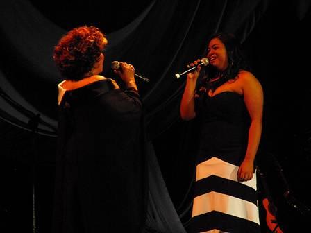 Alcione no palco com Sylvia Nazareth