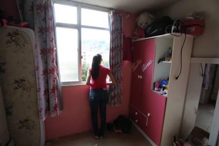 Vilma, na janela do quarto