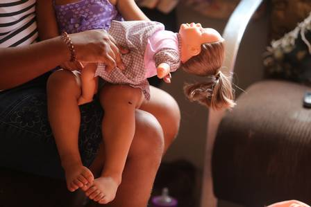 A filha de Bruna, com a boeca no colo