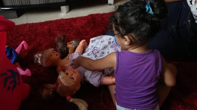 Pérola e a boneca com a qual fica agarrada