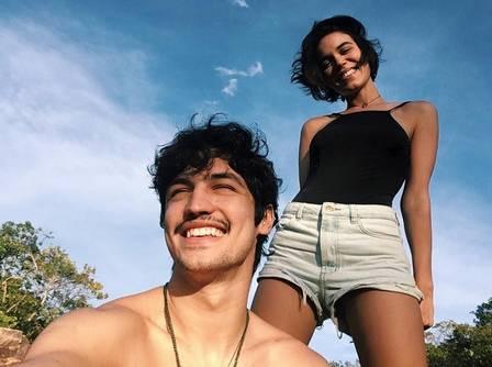 O casal Carla Salle e Gabriel Leone viajam com o grupo