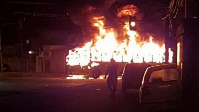 Um dos ônibus incendiados no bairro de Anchieta