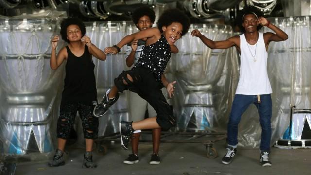 Jovens vão reviver grupo musical no quarto carro da Vila Isabel