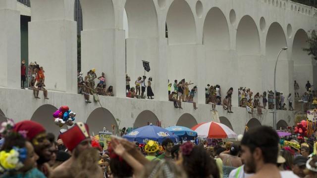 Milhares de pessoas passam pela Lapa durante o carnaval